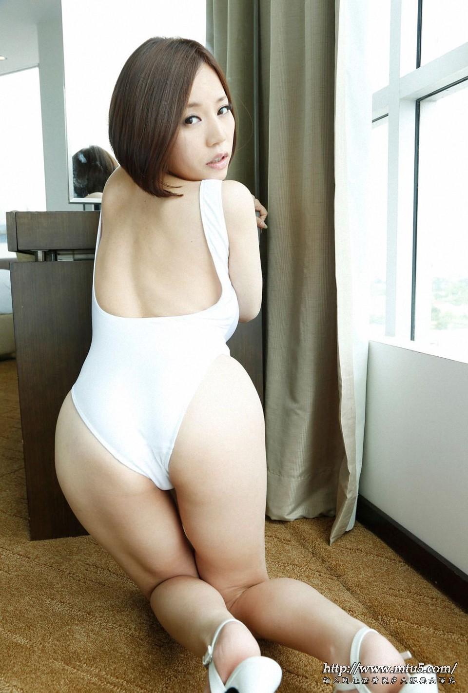 日本巨乳翘臀少妇私房图