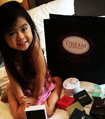 韩国萝莉5岁长相可爱 获迪拜土豪赠奢侈品炫富