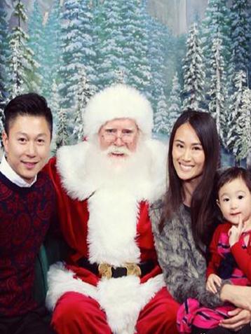 圣诞节倒计时 李小鹏一家和圣诞老人合影
