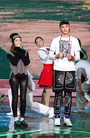 蒋梦婕于小彤放歌90后当红女星
