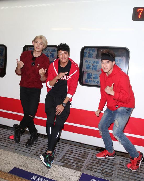 何润东参加跨年演唱会 自爆活到39岁没搭过火车