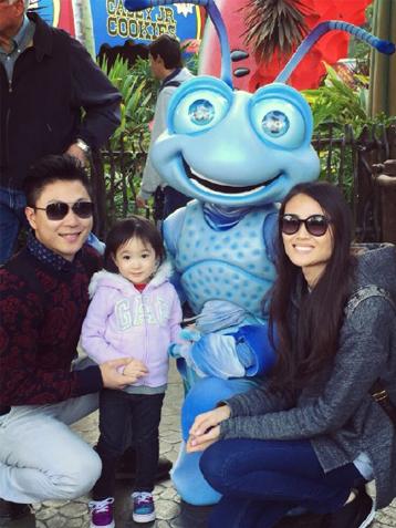 李小鹏微博晒一家三口迪士尼乐园游玩照