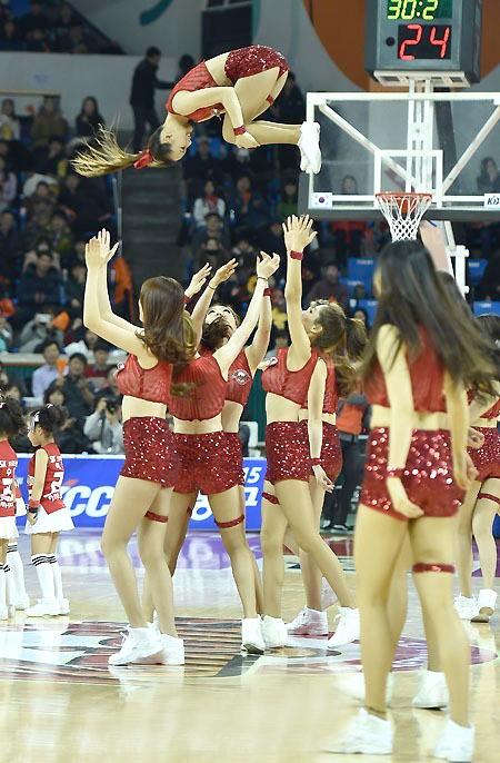 韩国职业篮球联赛性感的啦啦队上场热舞