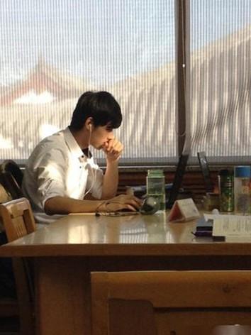 北大图书馆男神照片走红网络不想被打扰