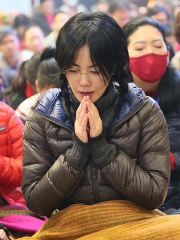 王菲远赴印度祈福双手合十打坐祈福