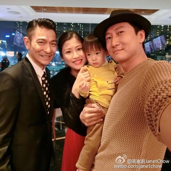 洪天明老婆周家蔚微博分享与天王刘德华合照
