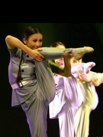 """娘子军舞蹈新舞姿""""用腿开枪""""网络爆红"""
