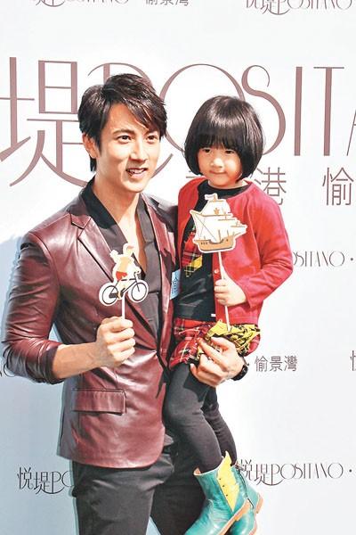 台湾艺人吴尊带4岁大女儿Neinei父女档为大屿山楼盘宣传