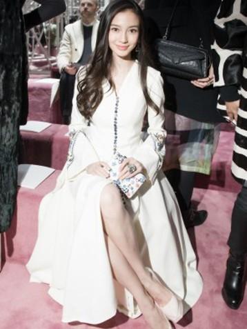 Angelababy巴黎看时装秀 比模特儿受瞩目