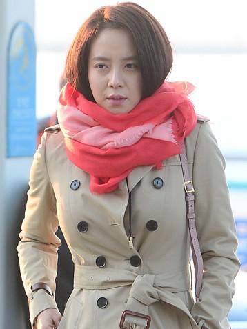 韩国女演员宋智孝围粉色围巾素颜现身