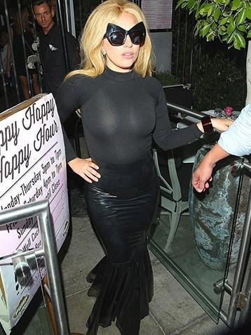 Gaga为了博眼球也够辛苦 连腿都难迈开