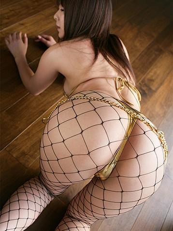 日本美女大胆翘臀网袜