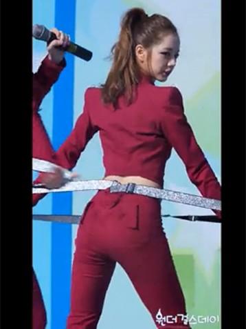 背带裤少女翘臀舞蹈视频