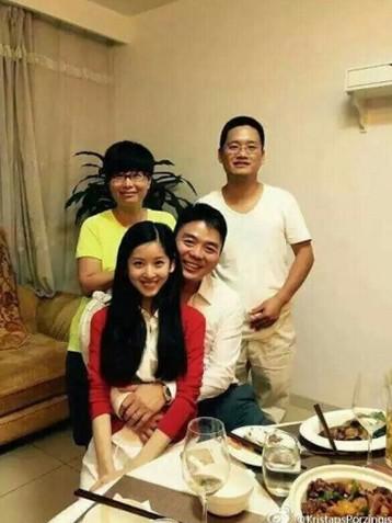 刘强东奶茶妹妹领证:幸福一家亲