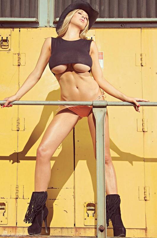 德国内衣模特女拳手乔丹-卡佛大胆写真