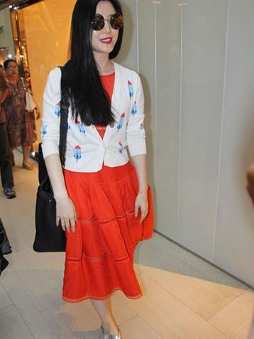 范冰冰李晨现身香港购物被问到10月1日是否结婚