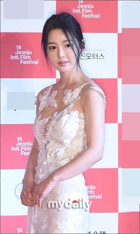 韩女星南奎丽亮相红毯