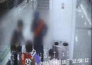 杭州父母碰掉女子iPad 女子推翻婴儿车