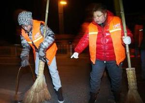 感恩节张一山凌晨在扫大街 发生什么事了?