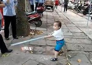 视频|太霸气!小男孩持钢管对抗城管:不准动我奶奶