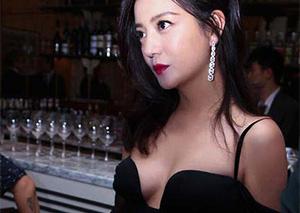 赵薇低胸黑裙性感十足 辣妈小燕子美回来了