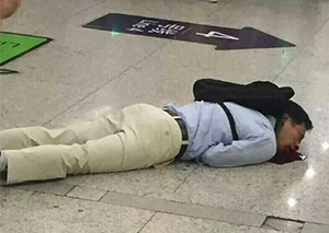 上海地铁男子突倒地狂吐血 原因不明