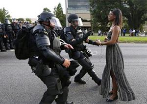 美国黑人女子孤身对峙警察 表情淡定