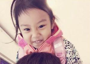 贾乃亮送甜馨上学 幸苦馨爷了上学路上还要照顾粑粑