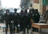 东莞男子劫持一名工厂女工 特警与男子对峙 拉起警戒线