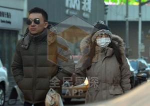 张雨绮被曝出轨 与神秘男同回公寓挽手逛街