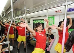 广场舞大妈跑进地铁 最特别母亲节