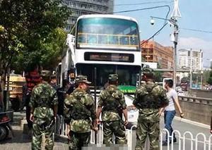 昆明公交劫持案续:持枪特警冲入 车内传出爆炸声