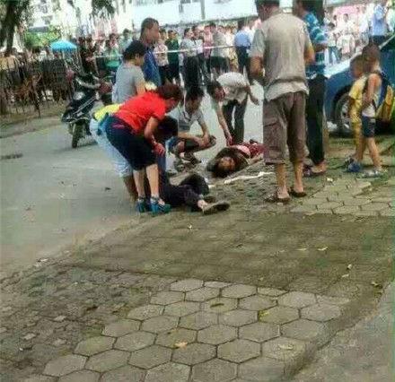 家长幼儿园门前被捅死 3岁小孩被抢走后获救