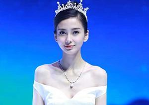 Angelababy杨颖头戴皇冠白裙仙气十足