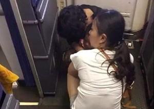 旅客带孩子在飞机客舱大便:不急慢慢拉