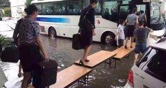 """空姐水上t台秀 因暴雨上海机场变成""""海上机场"""""""