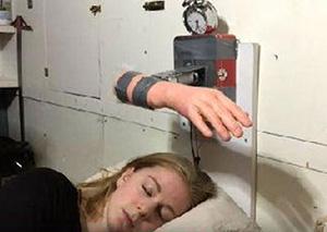 女子發明打臉鬧鐘:打到醒為止