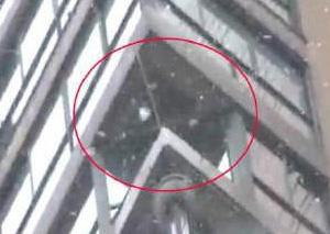 女子自家阳台赏雪不慎从24楼坠亡
