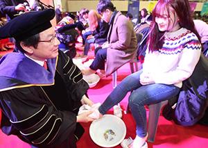 别人家的开学典礼:韩国大学校长为新生洗脚