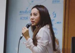 """泰国性感博士老师走红 经常被学生""""围堵""""..."""