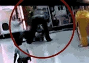 残暴!男子超市殴打7岁女儿被拘留14天