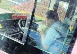 公交司机等灯吃饭引争议 你怎么看?