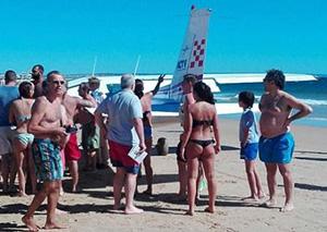 飞机迫降撞死两人 海滩上遭飞来横祸