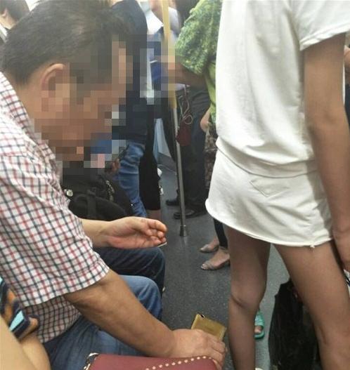 曝武汉地铁恶心男手机偷拍女生裙底