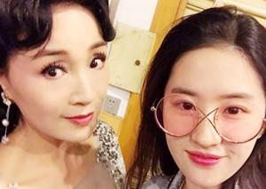 刘亦菲与小姨合影很惊艳 惊艳不是素颜的刘亦菲