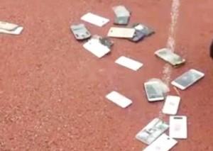 中学销毁学生手机 家长非常支持