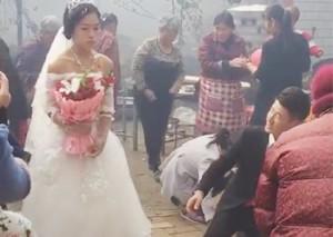 最尴尬婚礼 婚礼现场新娘不愿下跪行礼
