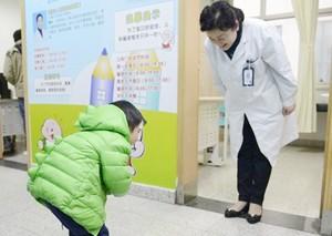 3岁男童康复向医生鞠躬致谢 医生深深鞠躬回礼