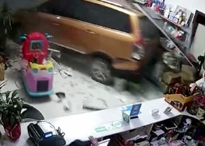 男子倒車失誤沖進賓館 網友調侃:女司機終于翻身了