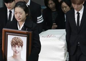 韩国自杀男星金钟铉出殡 女粉送行哭成一片